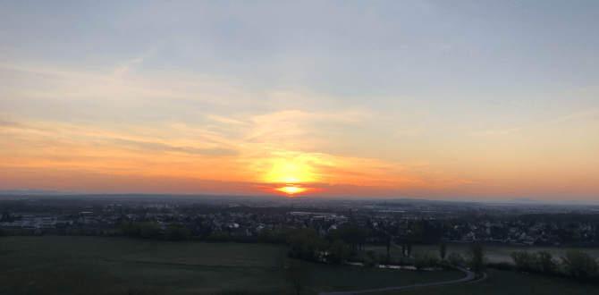 Sonnenaufgang hinter einer Ortschaft