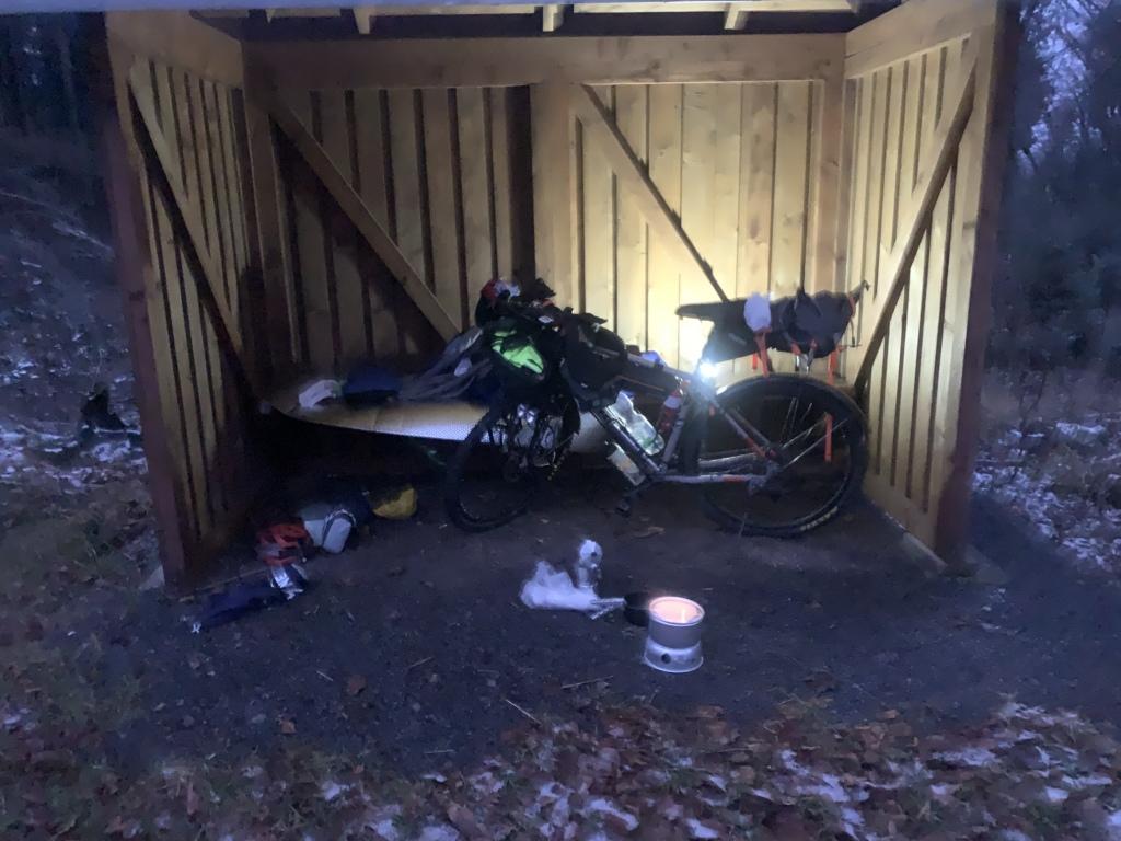 Fahrrad in einer Schutzhütte am Rennsteig