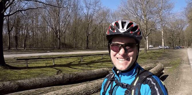 Sven Biketourer in herbstlicher Landschaft mit Bäumen