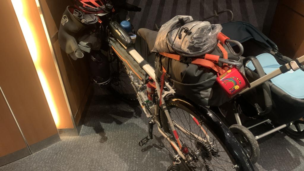 bepacktes Bikepacking Fahrrad im ICE