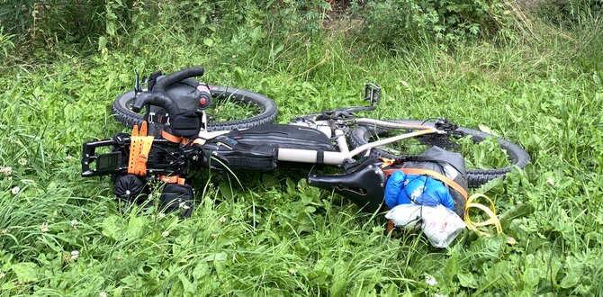 Bikepacking-Fahrrad im Gras liegend