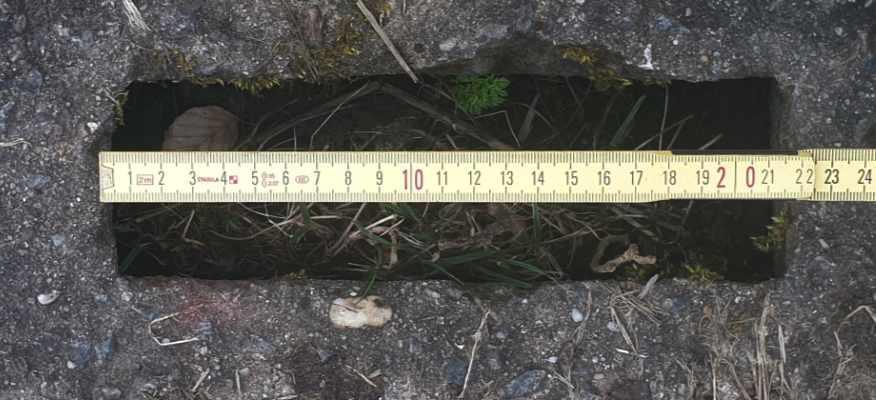 Kolonnenweg Lochlänge mit Zollstock gemessen