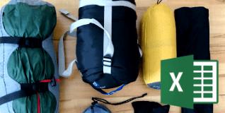 typische Gepäckstücke auf dem Boden ausgebreitet