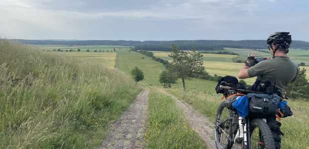 Bikepacker am Kolonnenweg