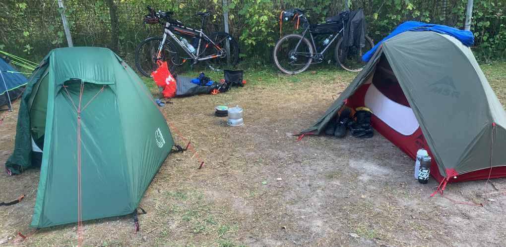 zwei Zelte mit Bikepacking-Rädern auf einem Campingplatz